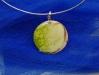 pendente-circular-tridimenssional-em-porcelana-com-vidro-verde-denominado-planeta-dim-3cm-diam-17joia
