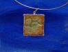 pendente-retangular-em-porcelana-texturizada-com-esmalte-marron-e-verde-engastada-em-prata-900-dim-35x35-13joia